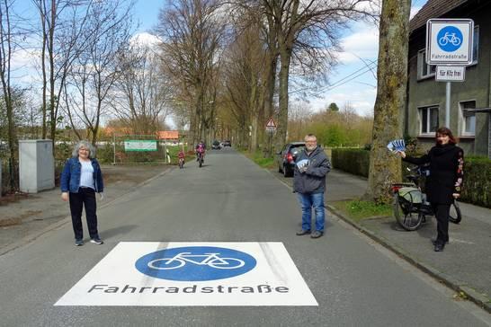 (v.l.n.r.) Stadtbaurätin Janine Feldmann, Jürgen Busch (Sprecher des ADFC-Herten) und Carola Heitkemper (Leiterin des städt. Tiefbauamtes) eröffneten die neuen Fahrradstraßen in der Ried.