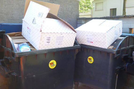 """Damit die """"Blaue Tonne"""" nicht zu schnell voll ist, erinnert der Zentrale Betriebshof Herten (ZBH) die Hertener Bürgerinnen und Bürger mit dem Aufkleber """"Mach's flach!"""" daran, Kartons klein zu machen und zu falten."""